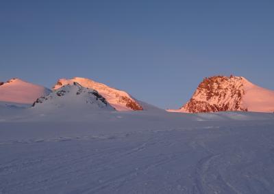 Saas Fee Runde mit Ski - Sonnenaufgang auf dem Weg zum Strahlhorn